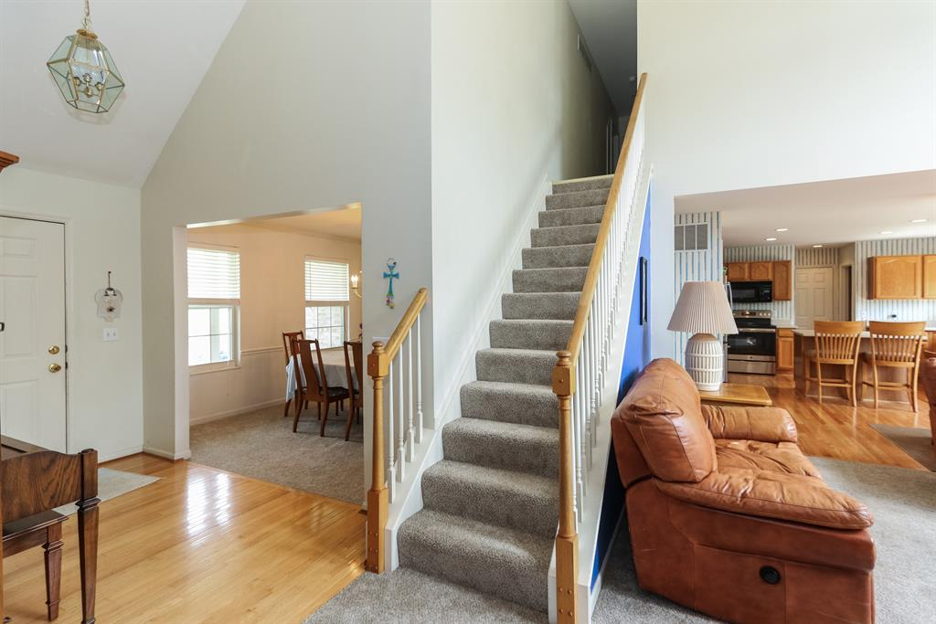 Foyer for 102 Paddle Wheel Dr New Richmond, OH 45157