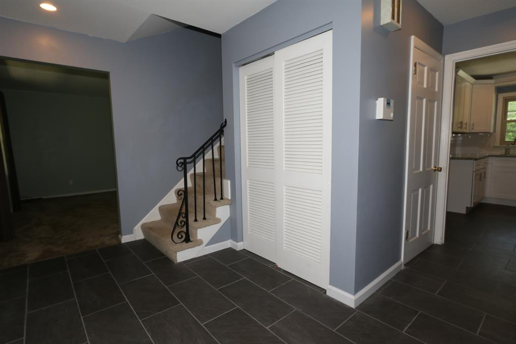 Foyer for 399 Circlewood Ln Wyoming, OH 45215