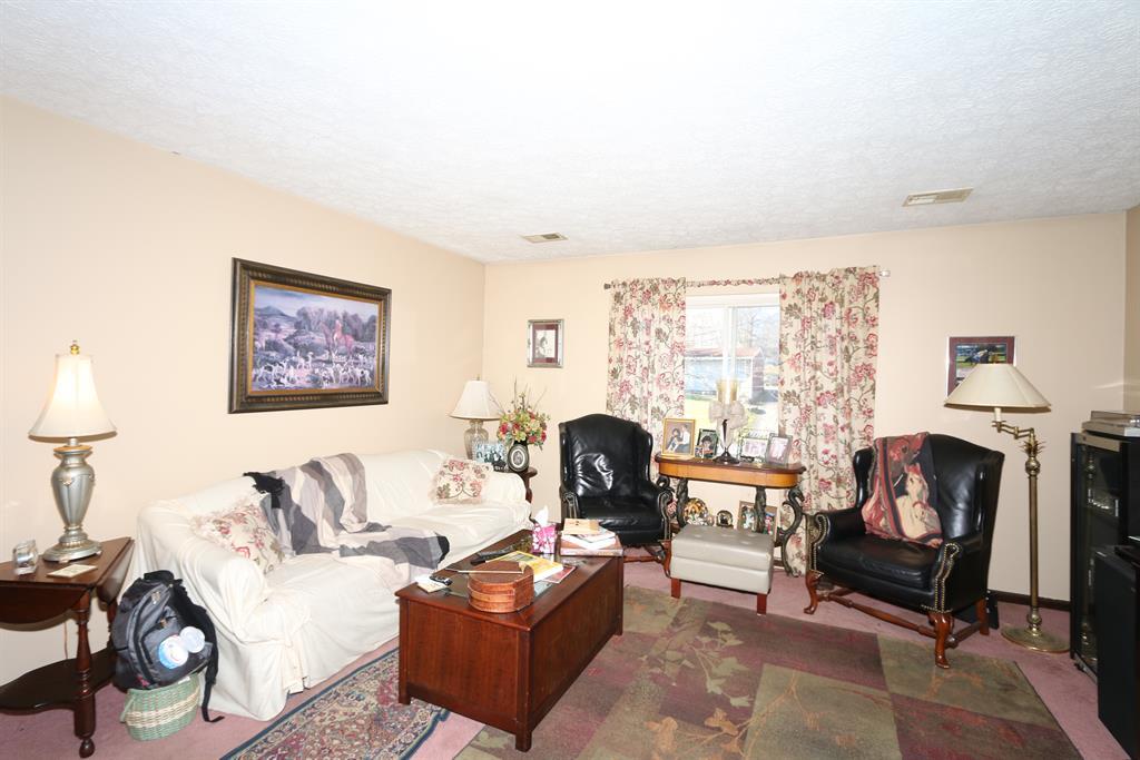 Living Room for 416 Silverlake St Erlanger, KY 41018