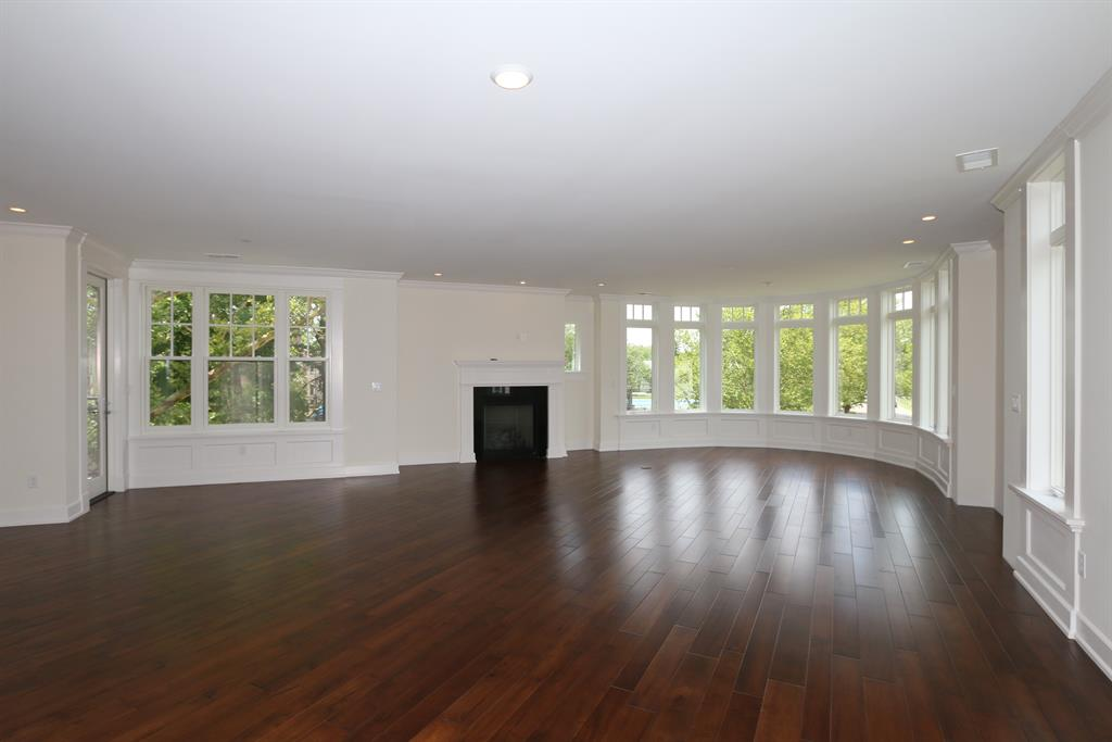 Living Room for 6901 Murray Ave, 206 Mariemont, OH 45227