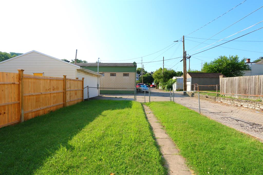 Yard for 616 E 9th St Newport, KY 41071