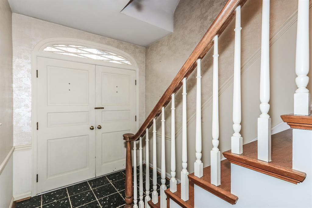 Foyer for 1946 Susan Ln Fort Mitchell, KY 41011