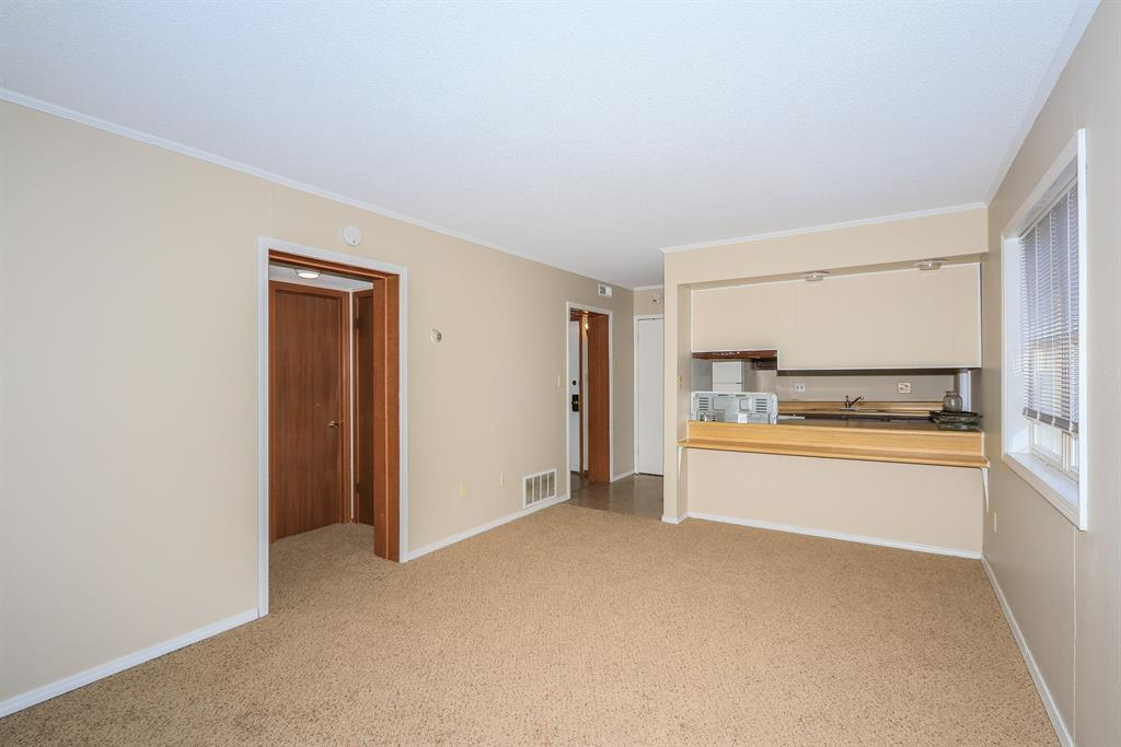 Living Room for 100 Highland Trc, 104 Highland Heights, KY 41076