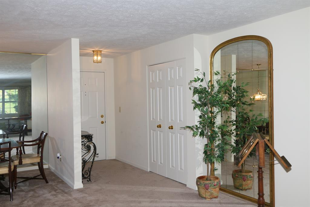 Foyer for 207 Spindle Top Ln Fort Thomas, KY 41075