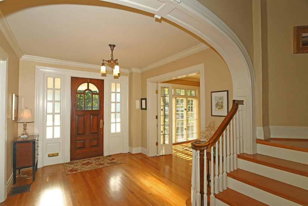 Foyer for 2264 Dixie Highway Fort Mitchell, KY 41017