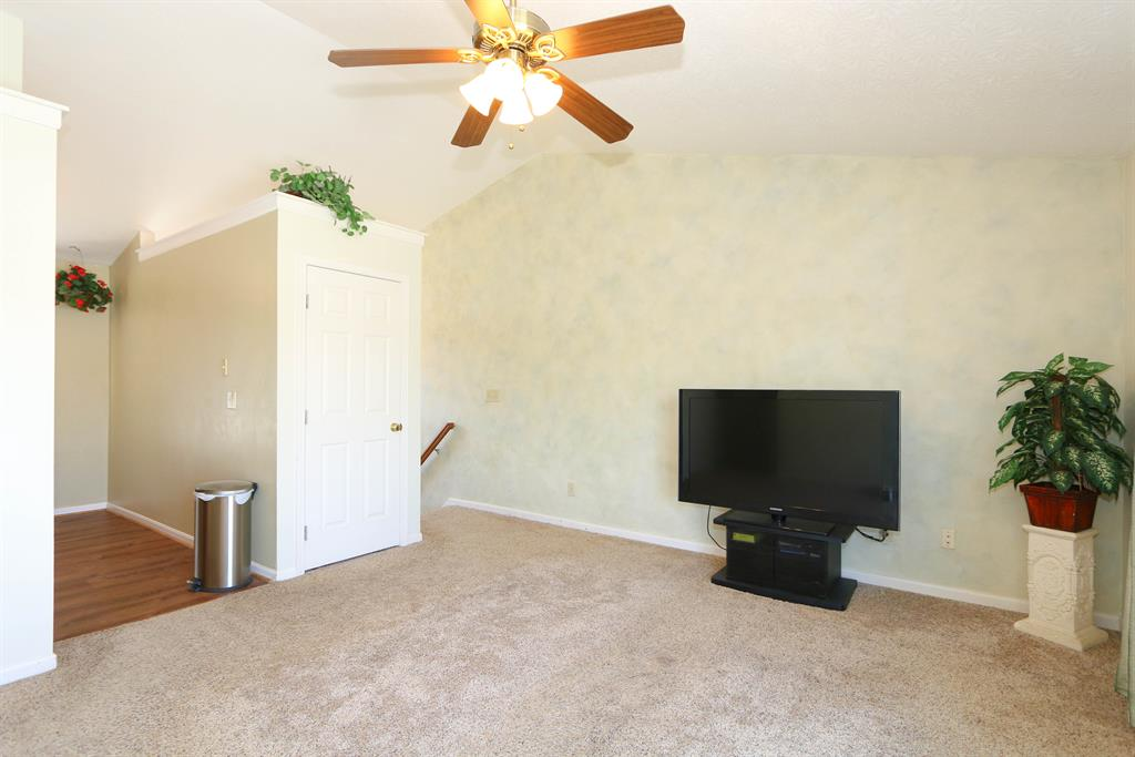 Living Room image 2 for 10412 Vineyard Ct Florence, KY 41042