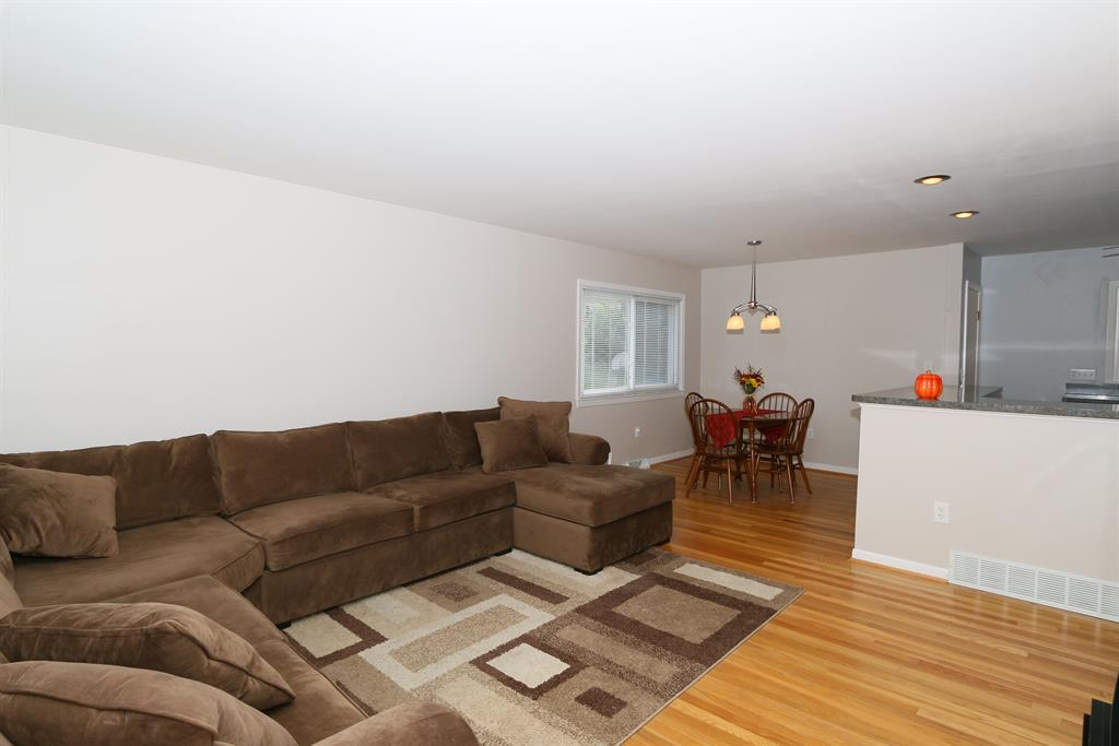 Living Room for 222 Knollwood Dr Highland Heights, KY 41076