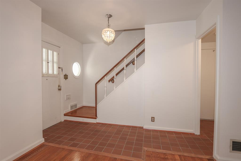 Foyer for 6804 Hammerstone Wy Mariemont, OH 45227