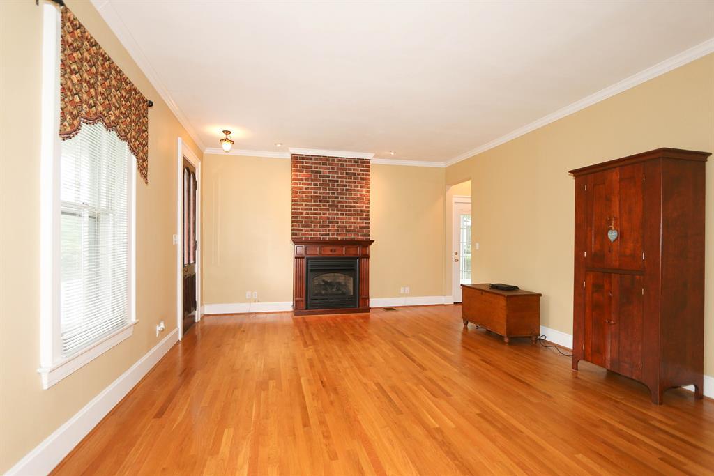 Living Room for 420 E Sharon Rd Glendale, OH 45246