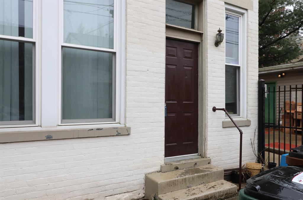 Entrance for 18 E 9th St Newport, KY 41071