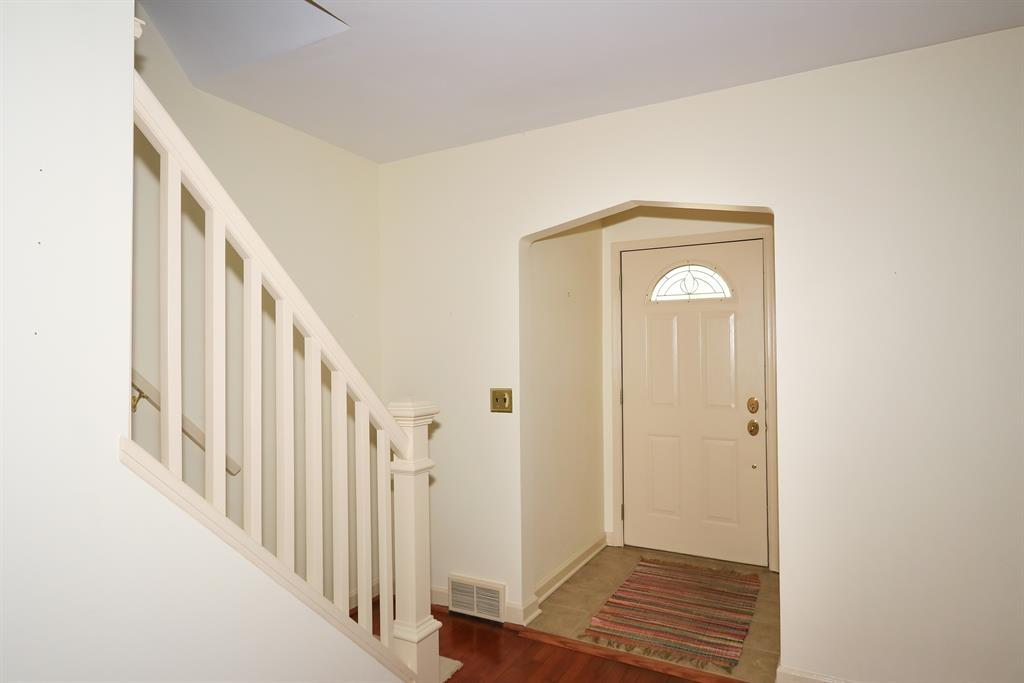 Foyer for 102 Basswood Cir Fort Wright, KY 41011