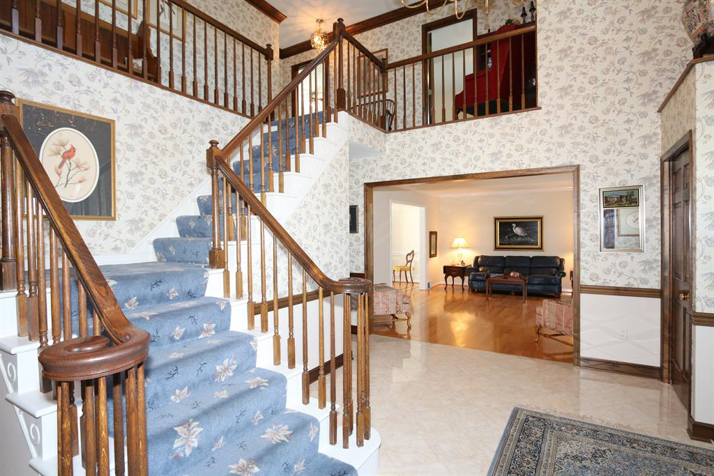Foyer for 135 Thompson Ave Fort Mitchell, KY 41017