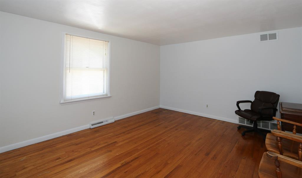 Living Room for 429 Kentaboo Ave Florence, KY 41042